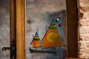 interno barche canale di cesenatico intreno vetrata osteria