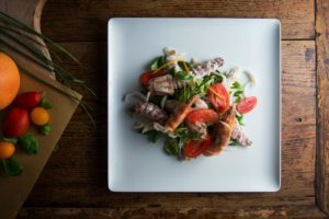 antipasto di pesce al vapore con insalata