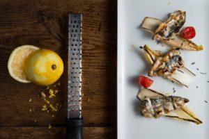 Saraghina spinata capperi e olive scorza di limone